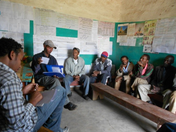 Evaluating irrigation advice via SMS with tomato and onion farmers in Arata Chufa. Oromiya, Ethiopia. Photo: Gijs Simons