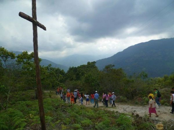 Residents of Gramalote — a Colombian town destroyed by a mudslide in 2010 — visit the proposed location for the rebuilding of their town. (© CI/photo by Patricia Bejarano)
