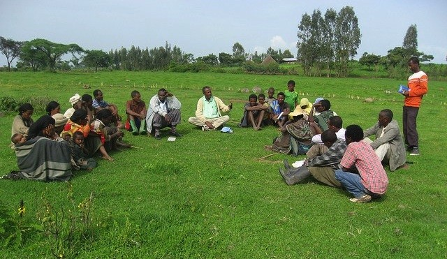 Community members from Limbichoch village discuss enclosure of grazing land with ILRI researcher. Photo: ILRI